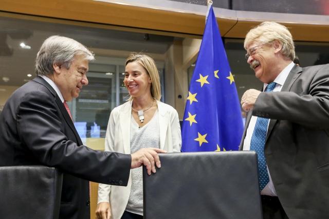 Das Foto zeigt Antonio Guterres, die EU-Außenbeauftragte Federica Mogherini und Elma Brok bei einem Treffen in Brüssel 2015. Quelle: The European Union.